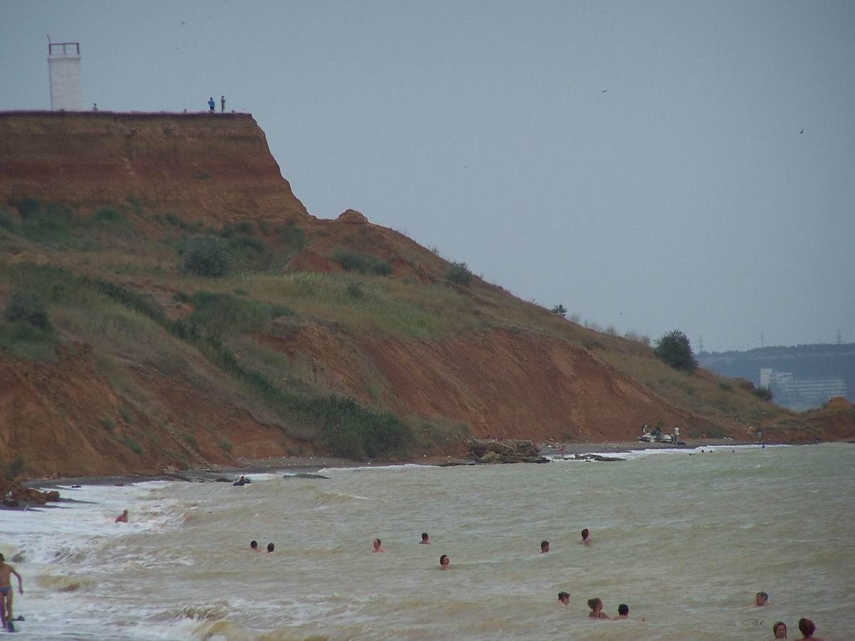 Море штормить, але люди купаються