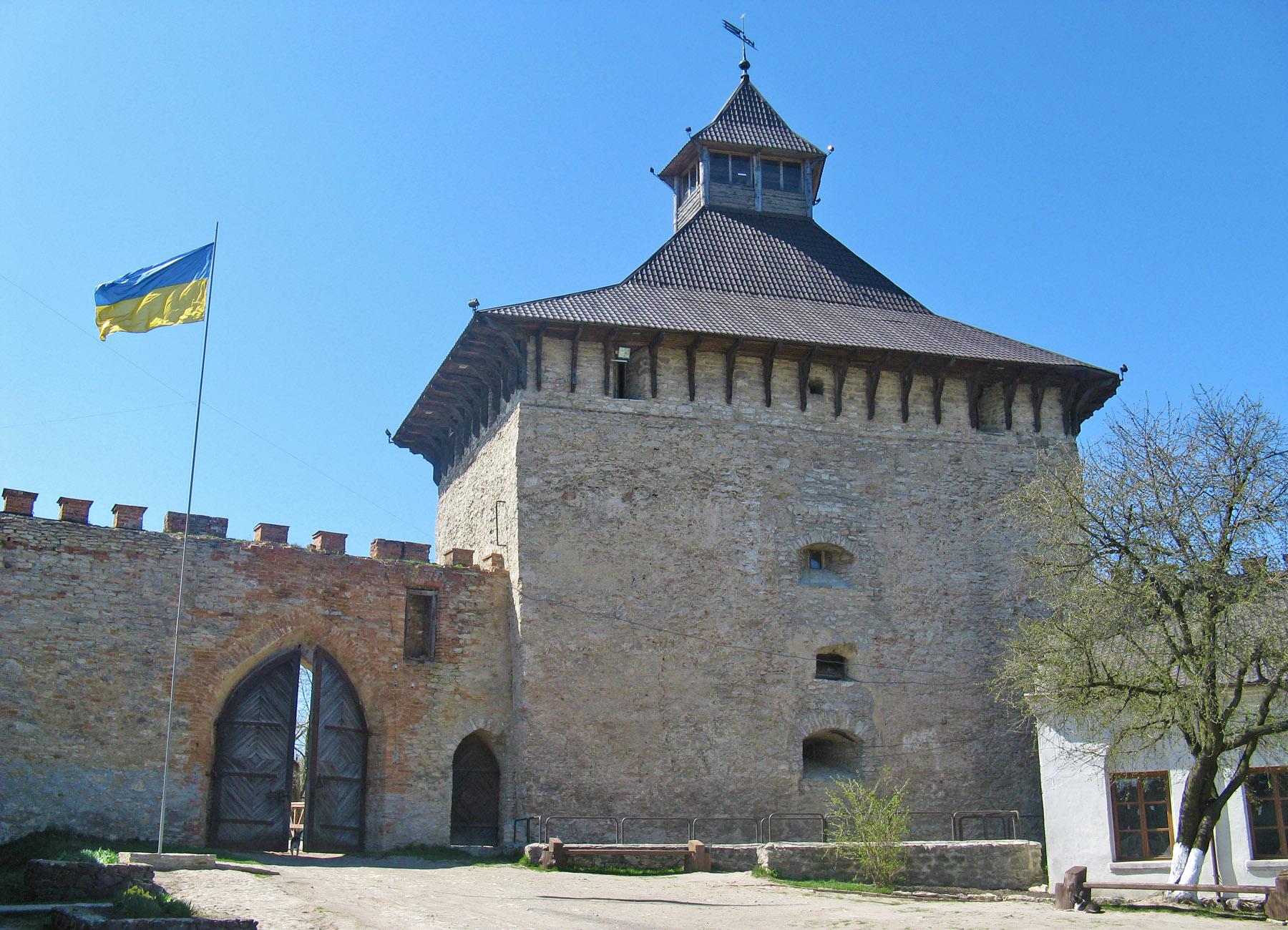 В'їзна брама та Лицарська вежа замку Меджибіж, вигляд з двору