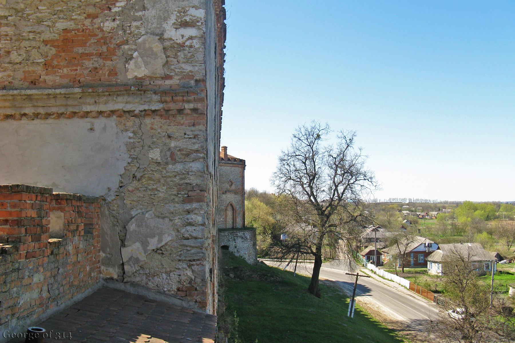 Фортечні мури та околиці замку Меджибіж