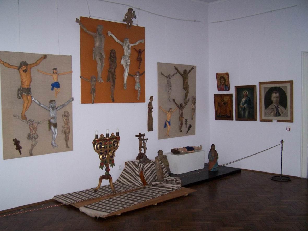 В музеї народного мистецтва Гуцульщини і Покуття. Зал розпять
