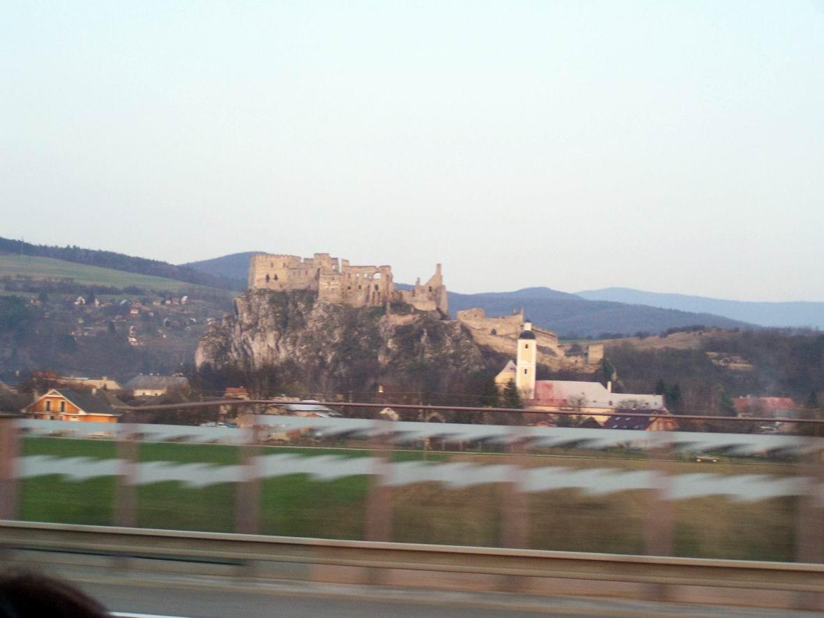 Руїни замку біля автобану Тренчин-Братислава, Словаччина