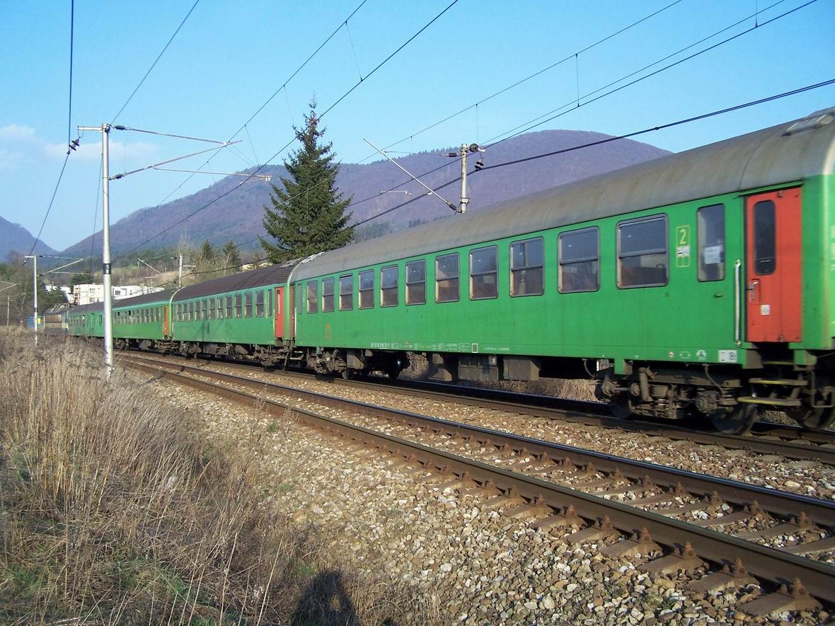 Пасажирський поїзд, околиці м. Тренчин, Словаччина