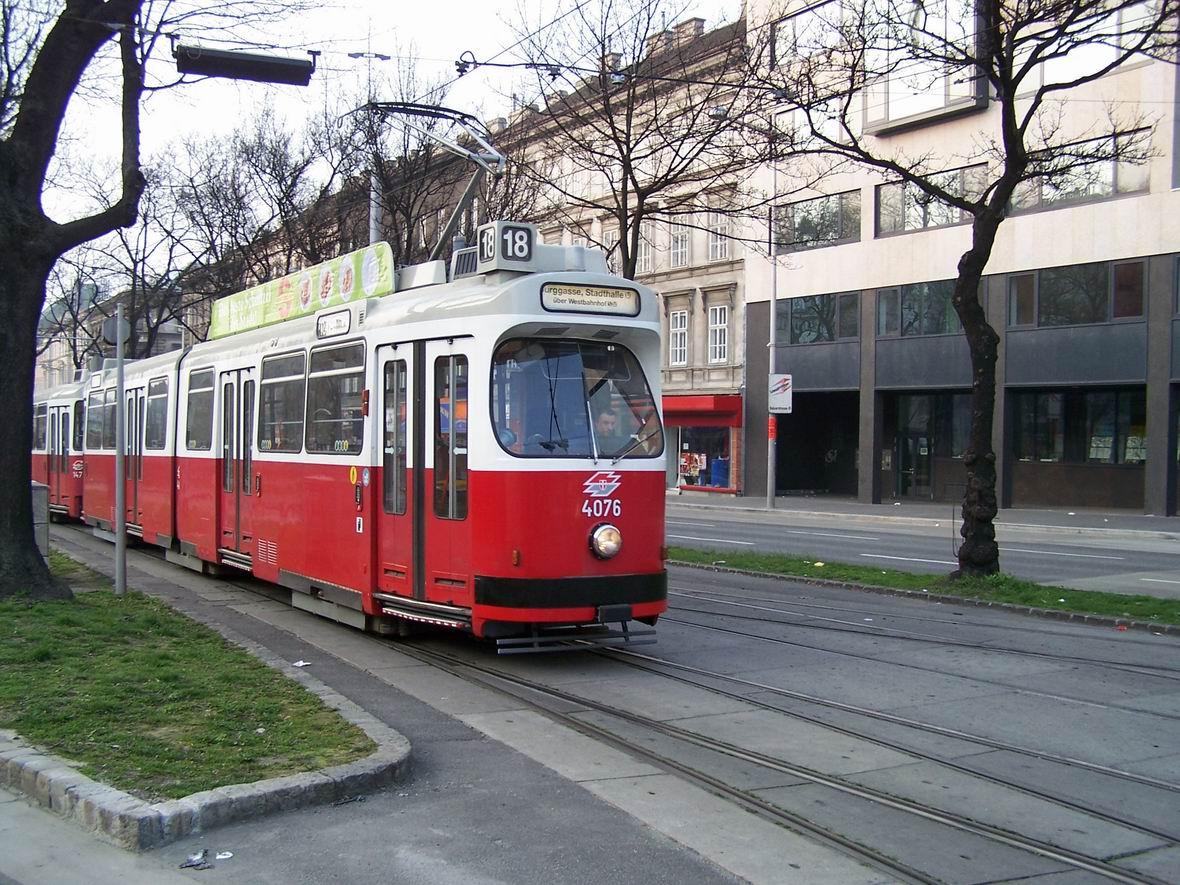 Трамвай типу Е1 з причіпним вагоном типу С, Урбан-Лоріц Плац, Відень, Австрія
